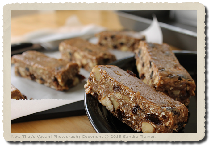 A recipe for naturally sweetened enrgy bars with apples and cinnamon.